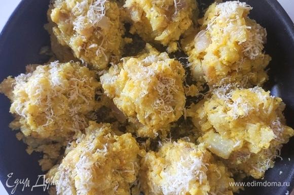Дно формы или сковороды смазываем оливковым маслом. Выкладываем получившуюся смесь горкой, создавая порции. Сверху посыпаем сыром и поливаем оливковым маслом.