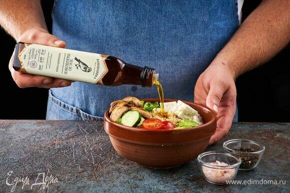 Соберите два боула. В центр каждой миски выложите теплое киноа, по бокам — брынзу, огурец, авокадо, обжаренные шампиньоны, черри. Добавьте зеленый лук. Полейте рыжиковым маслом ТМ «Коноплянка». Посолите, поперчите по вкусу.