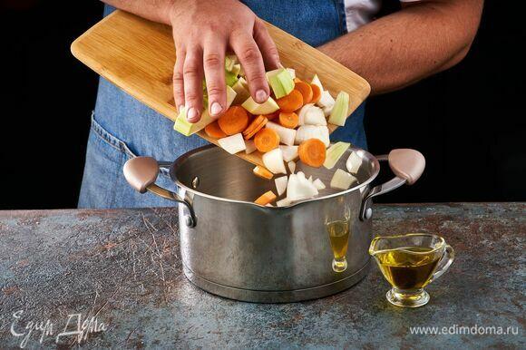 Выложите овощи в кастрюлю с толстым дном с разогретым оливковым маслом. Жарьте до золотистого цвета.