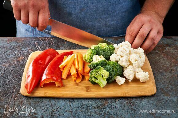 Цветную капусту и брокколи разделите на соцветия. Перец очистите от семян. Морковь нарежьте тонкими брусочками.