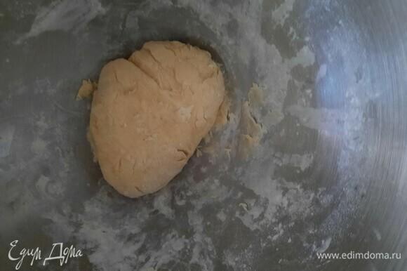 Когда тесто замесилось, берем немного масла и смазываем поверхность стола.