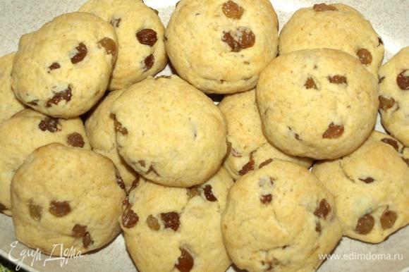 Перекладываем печенье на блюдо.