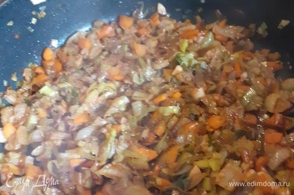 Добавляем на сковороду соевый соус так, чтобы на поверхности не было сухого места. Закрываем крышку.