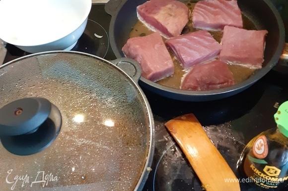 Чуть погодя, перекладываем тунца и жарим его вместе с овощами (у меня не хватило места, и я жарила просто на соусе от овощей). Добавляем поварешку кипяченой воды. Тушим.