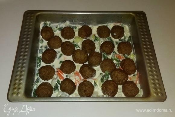 Затем туда же выкладываем фрикадельки, чуть утапливая их в овощах с соусом. Разогреваем духовку до 180°C и ставим в нее форму с овощами и фрикадельками на 30 минут (время приготовления зависит от вашей духовки). При подаче порционно украшаем зеленью петрушки. Приятного аппетита!