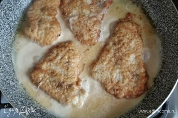 В сковороду влить молоко примерно до середины кусочков мяса. Огонь уменьшить до среднего и готовить, пока молоко не выпарится. В процессе перевернуть отбивные один раз. Мясо готово. Подавать с любимым гарниром. Приятного аппетита!