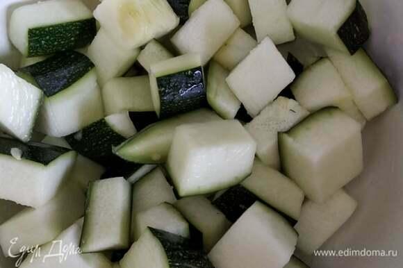 Кабачки промыть, обсушить, нарезать крупным кубиком, засыпать солью и дать постоять минут 15.