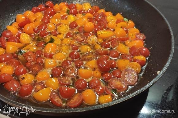 Помидоры пустили сок — соус сейчас нужно посолить, поперчить, добавить немного базилика. Несколько листиков оставить для подачи.