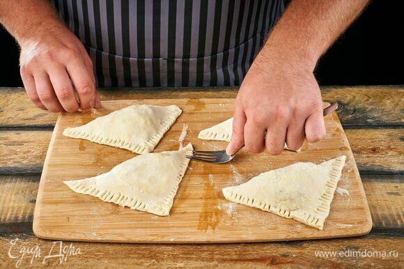Сложите тесто в треугольник. Закрепите края.