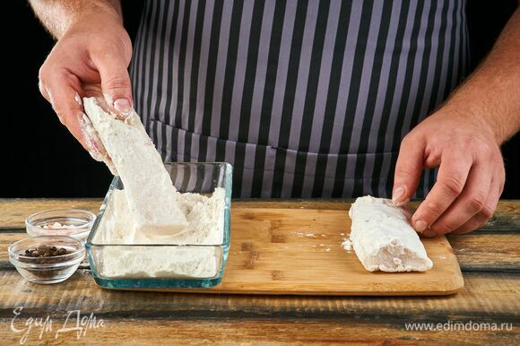 В неглубокой миске смешайте соль, перец и муку. Обваляйте треску с каждой стороны в мучной смеси.