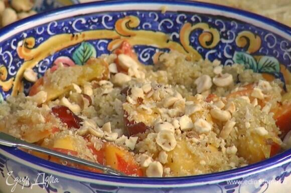 Орехи слегка измельчить в ступке и посыпать салат.