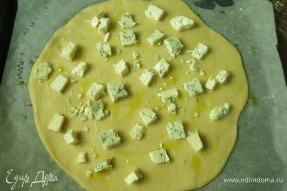 Сверху раскладываем сыр.