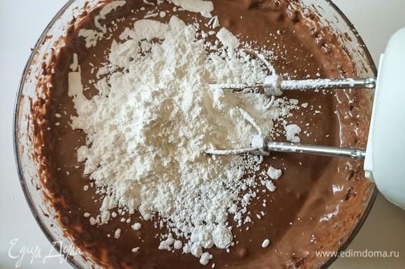 Далее измельчаем и растапливаем шоколад на водяной бане. Отдельно взбиваем сыр с сахарной пудрой. Продолжая взбивать, добавляем шоколад, яйца, молоко и кукурузный крахмал.