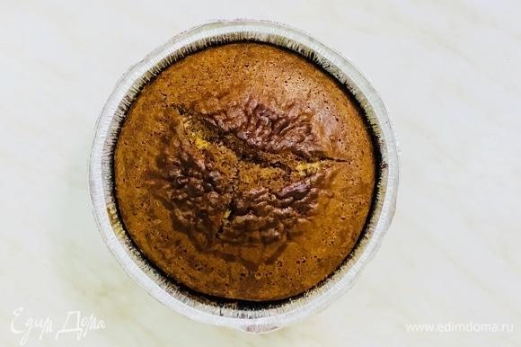 Отправляем пирог в разогретую до 175°C духовку на 45–50 минут. Готовность проверяем деревянной шпажкой.