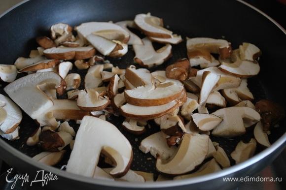 Белые грибы обжарить на сливочном масле в течение 12–15 минут (грибы очень любят сливочное масло).