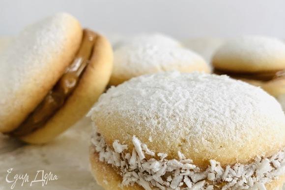 По желанию печенье можно посыпать сахарной пудрой, а по краям — кокосовой стружкой.