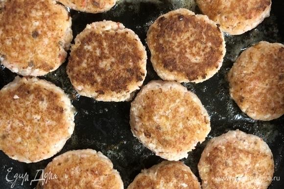 В сковороду налейте немного масла, обжарьте котлеты с двух сторон. Проверьте готовность нажатием на котлету — она должна быть плотной.
