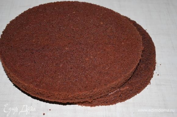 Бисквит охладила, достала из колец и срезала верхушки теста, чтобы коржи были ровными.
