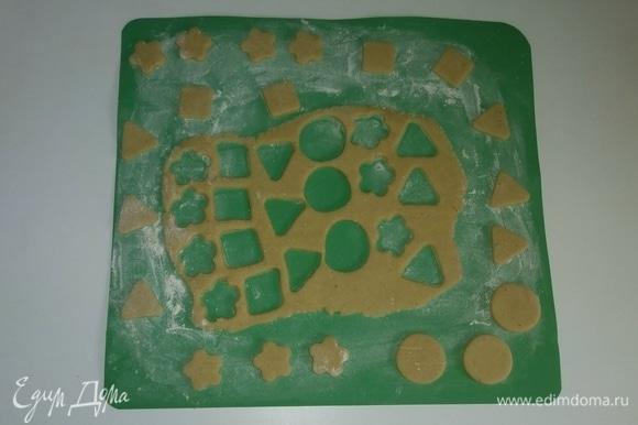 Спустя 1 час достаем тесто из холодильника. Я делю его на несколько частей, чтобы удобнее было раскатывать. Пока одна часть теста раскатывается, остальное убираю в холодильник. Припылить рабочую поверхность мукой, раскатать тесто и вырезать из него любые фигуры, цветы или то, что нравится.