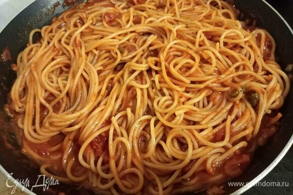 Спагетти с томатами и каперсами готовы. Подавать горячими, украсив сыром и свежей зеленью.