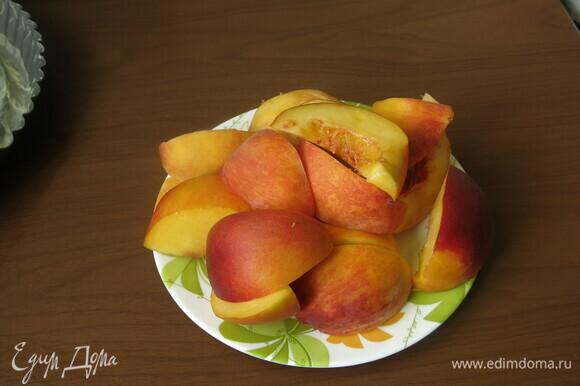 Нарезаем персики на шесть частей.