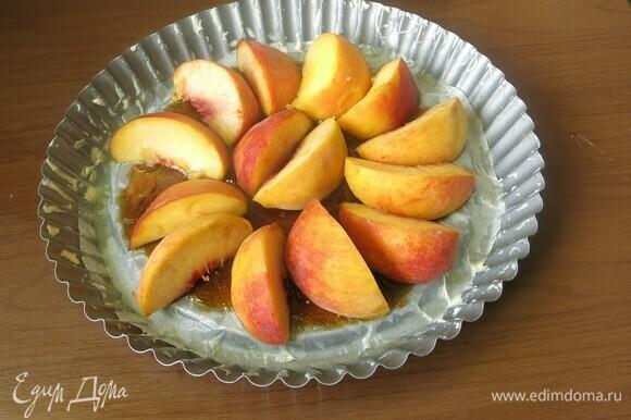Выкладываем персики в карамель.