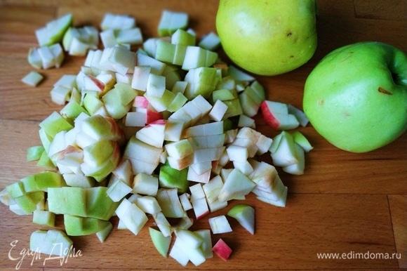 У яблок вырезала сердцевину и нарезала плоды на кубики.
