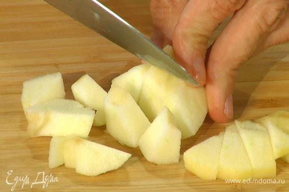 Яблоки почистить и, удалив сердцевину, нарезать небольшими кубиками.