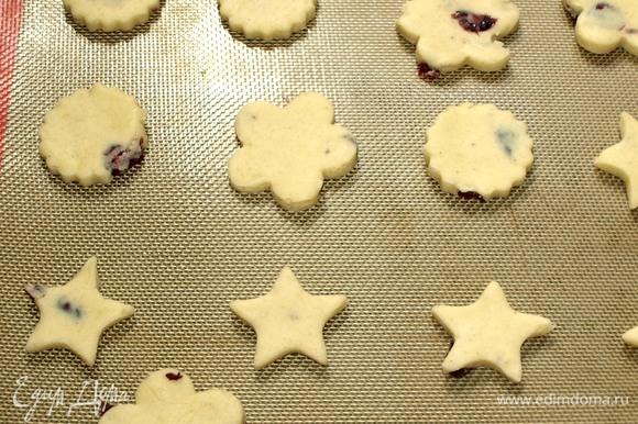 Выкладываем печенье на противень, застеленный пекарской бумагой или силиконовым ковриком. Отправляем печенье в заранее разогретую до 180ºС духовку на 10–15 минут или до золотистого цвета. Лучше ориентироваться по своей духовке.
