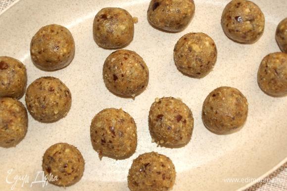 Из полученный массы формируем шарики. Конфеты желательно отправить в холодильник на несколько часов.