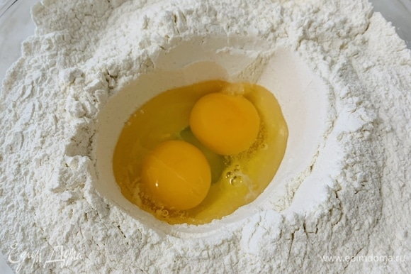 В большую миску просеиваем муку, добавляем сахар, соль. Перемешиваем. В центре делаем углубление. Добавляем яйца комнатной температуры, готовые активные дрожжи (над молоком с дрожжами должна образоваться «шапка») и растопленное масло.
