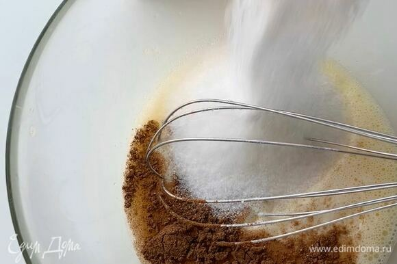 Добавьте сахар, корицу, ванилин. Взбейте в пышную пену (это важно!).
