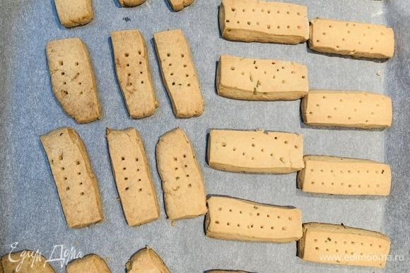 Выпекаем 30 минут, пока печенье не станет золотистым. Достаем из духовки и оставляем остывать на противне.