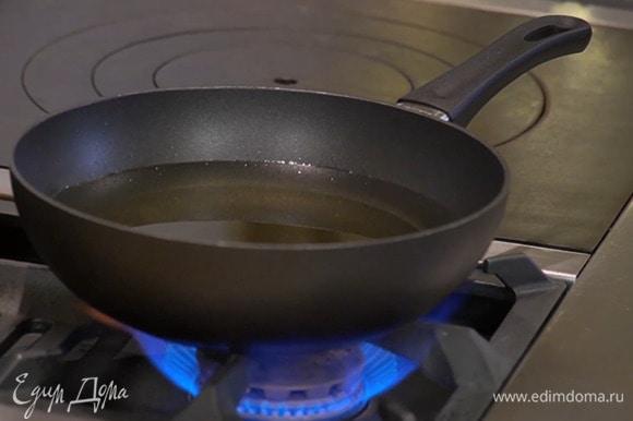 Масло для фритюра разогреть в сковороде вок.