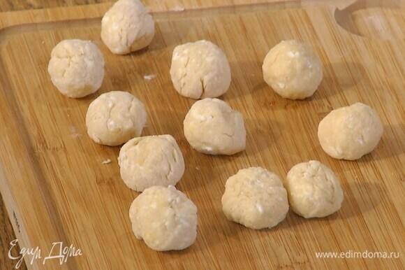 Сформировать из теста тонкую колбаску, нарезать небольшими кусочками и скатать из них шарики.