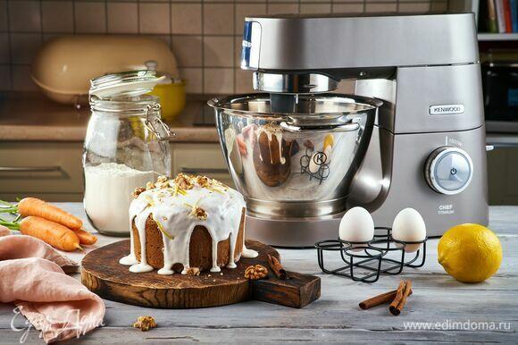Полейте остывший кекс глазурью и подождите немного, пока она застынет. Угощение для взрослых и детей готово!