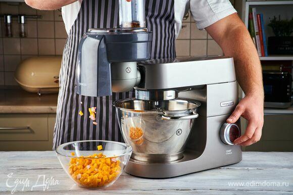 На кухонную машину Kenwood установите насадку для нарезки кубиками. И с ее помощью нарежьте тыкву.
