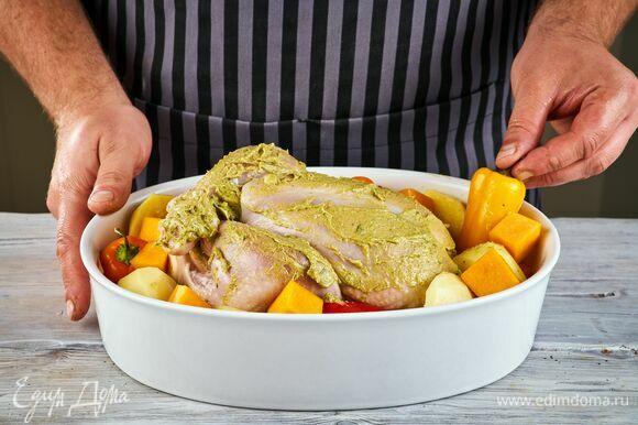 Картофель разрежьте пополам и положите на противень рядом с цыпленком. Мини-перцы выложите целиком. Если осталась тыква, добавьте ее, нарезав крупными кубиками. Запекайте птицу и картофель при 180°С в течение 1 часа. Периодически открывайте духовку и поливайте тушку выделившимся соком. Проверяйте готовность так: если при проколе из мяса будет выделяться прозрачный сок, его можно доставать из духовки.