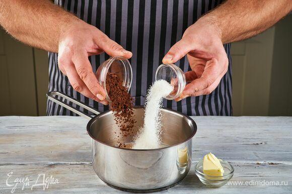 Для глазури смешайте в сотейнике молоко, какао-порошок, сахар и сливочное масло. Доведите до кипения. Тщательно перемешайте. Торт переверните. Полейте его теплой глазурью и поставьте в холодильник на 8 часов для пропитки.