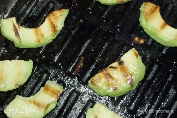 Обжарить авокадо с двух сторон на хорошо разогретой сковороде. При необходимости можно добавить немного растительного масла.