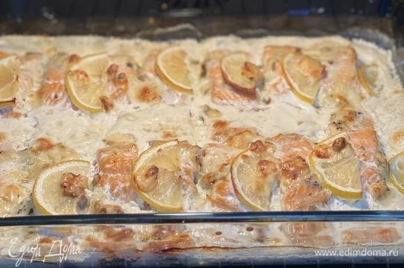 Запекать 25 минут, сыр должен подрумяниться немного. Подавать блюдо горячим. Рис — идеальный гарнир.