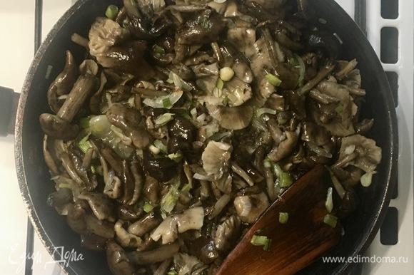 Обжарить лук и грибы (в моем случае — опята), посолить и поперчить по вкусу, остудить.