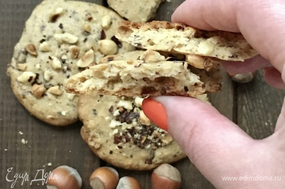 Готовое печенье мягкое. Сначала пусть оно остывает на противне минут 10, потом можно переложить на решетку.