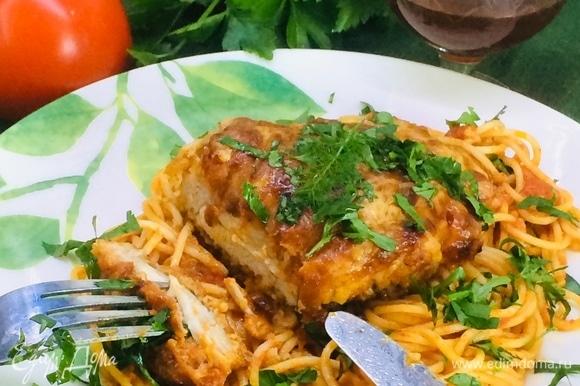 Подаем со свежим базиликом или петрушкой вместе со спагетти. Уверена, что, если вы будите использовать куриную грудку, которая обычно суше других частей куриной тушки, в таком рецепте и она получится невероятно сочной.