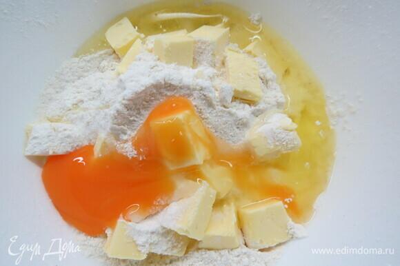 Готовим песочное тесто. Соединяем просеянную муку, масло, яйцо, сахарный песок, ложку воды.