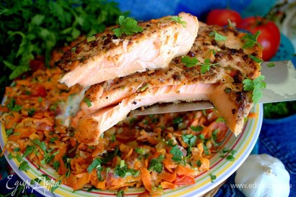 Каждому на тарелку кладем кусочек рыбы и гарнир.