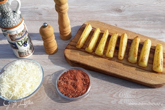 Сбрызнуть заготовки растительным маслом и слегка обжарить на сковороде. Пармезан натереть на терке. Подготовить специи: смешать молотую копченую паприку, чесночный перец, соль. Добавить приправу «томаты, базилик, чеснок».