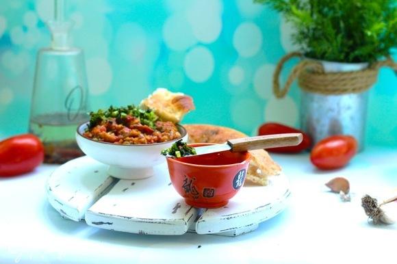 Смешать баклажаны с помидорами и остальными ингредиентами, посолить по вкусу.