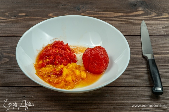 Подготовьте помидоры к замешиванию в общую начинку. Сначала удалите кожуру: вскипятите воду и опустите в нее томаты примерно на 1 минуту, затем выньте помидоры из кипятка и легко снимите кожуру. Нарежьте очищенные помидоры на небольшие кубики.
