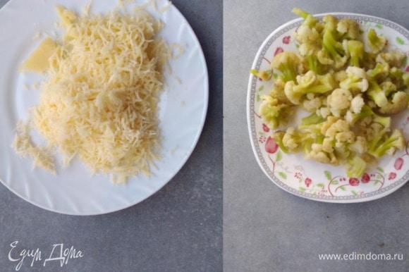 Варить цветную капусту в подсоленной воде 5 минут. Сыр и чеснок натереть на терке. Помидоры нарезать кубиками.